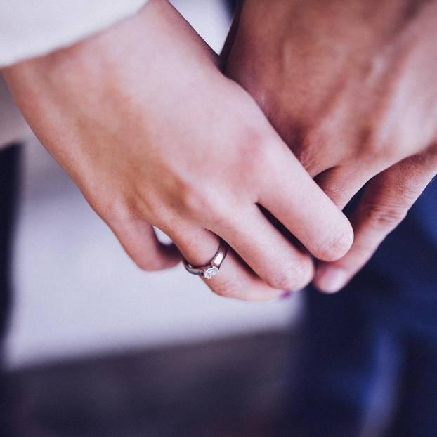 Ex zurück: Hände mit Ehering