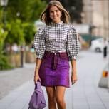 Pailletten: Frau mit Paillettenrock und Bluse