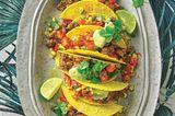 Tacos mit Tomaten-Mais-Salat und Avocado-Dip
