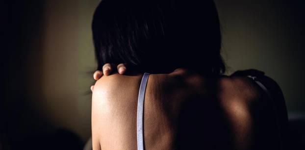 Vergewaltigungsopfer: Frau von hinten in BH