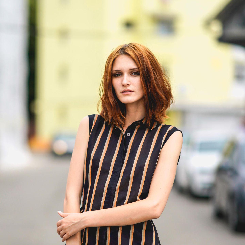 Kupfer Haare: Frau mit Bob-Schnitt steht auf der Straße