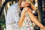 Romantische Sommer-Looks: Blaue Bluse mit Blumenmuster und weißer Rock