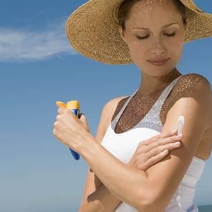 Frau macht beunruhigende Erfahrung: Diese Sonnencreme von dm verändert Oberflächen