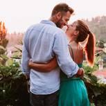 Welche Gewohnheiten kennzeichnen eine ungesunde Beziehung? Ein glückliches Pärchen Arm in Arm von hinten