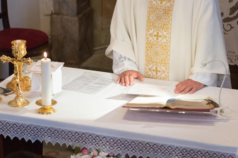 Pfarrer am Altar