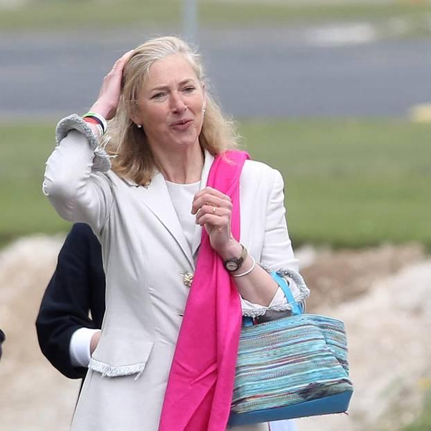 Prinz Harry: Tiggy Pettifer in weißem Mantel und pinkem Schal