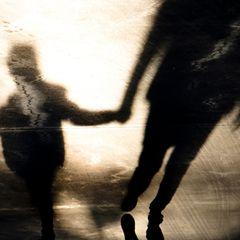Familiengeheimnis: Schatten von Erwachsenem und Kind