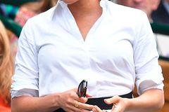 Meghan Markle in weißer Bluse und Rock