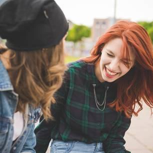 Horoskop: Zwei Frauen lachen gemeinsam über sich selbst