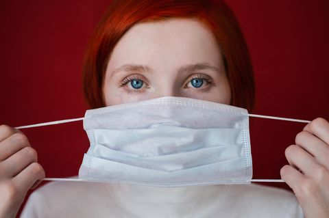 Mysophobie: Frau mit Mundschutz
