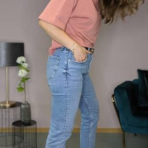 Mom Jeans stylen: Frau trägt Mom Jeans