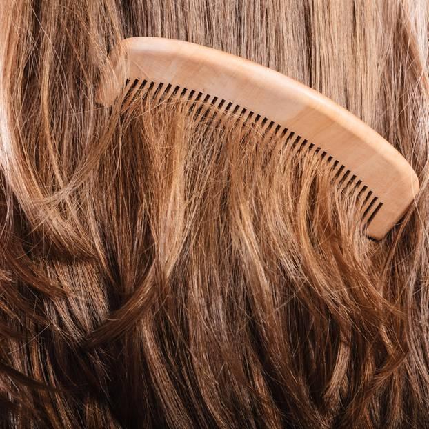 Milk Tea Hair: Frau mit Kamm in den Haaren