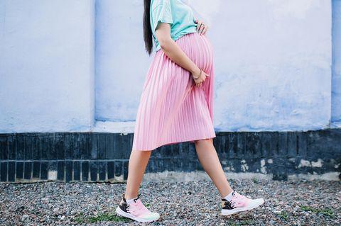 Symphysenlockerung: Schwangere geht spazieren