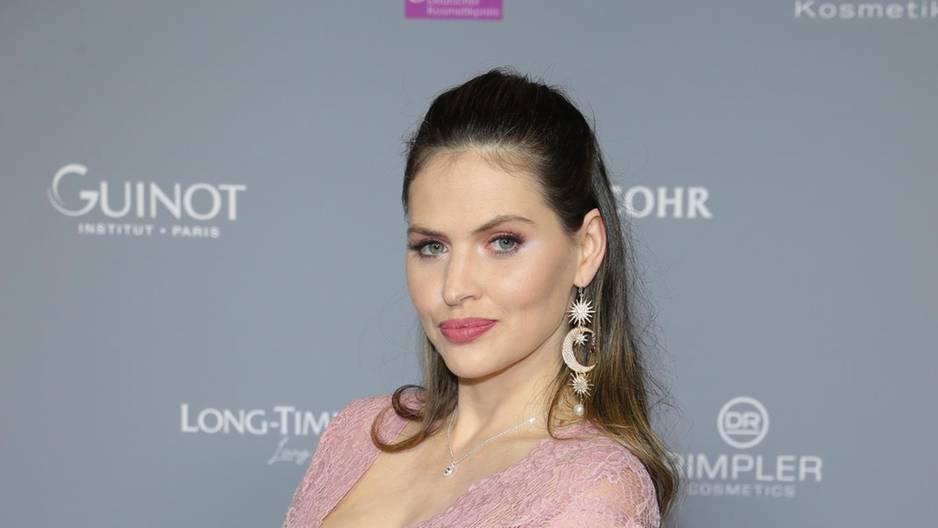 Hanna Nitsche im rosa Kleid