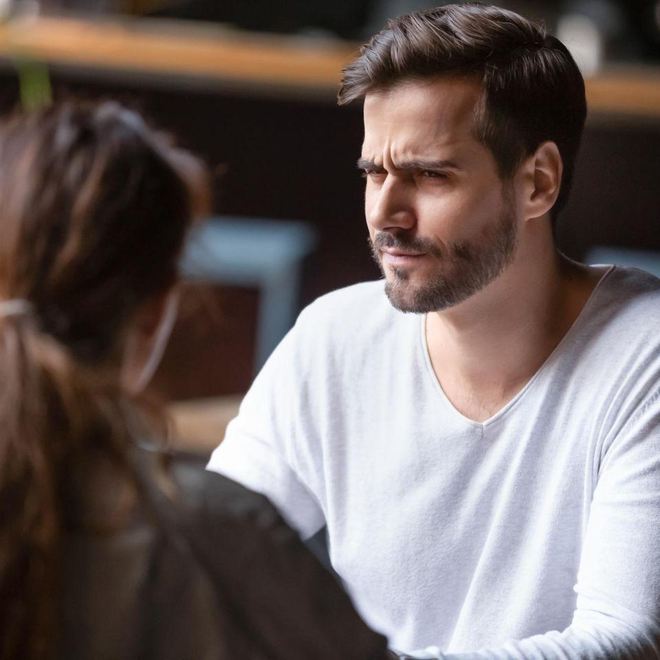 Reddit: Ein Mann sitzt einer Frau gegenüber und runzelt die Stirn