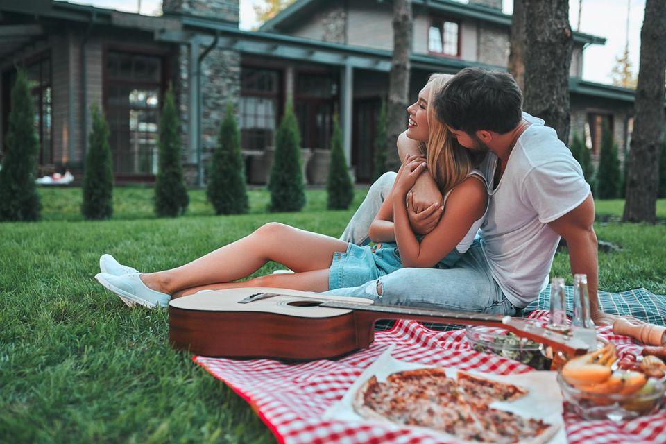 Musikgeschmack und Sex: Paar auf Picknickdecke
