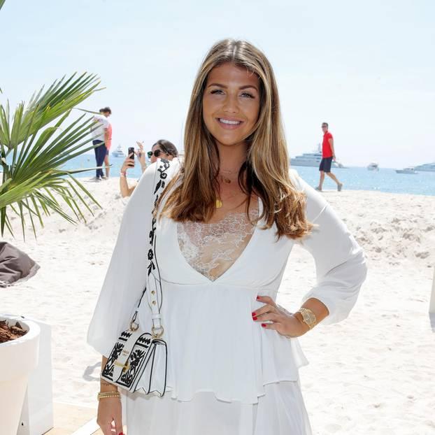 Farina Opoku am Strand im weißen Kleid