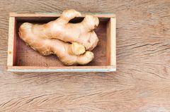Ingwer lagern - so geht's: Ingwerknolle im Behälter
