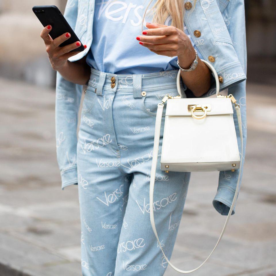Nichts zum Anziehen: Frau in Jeans