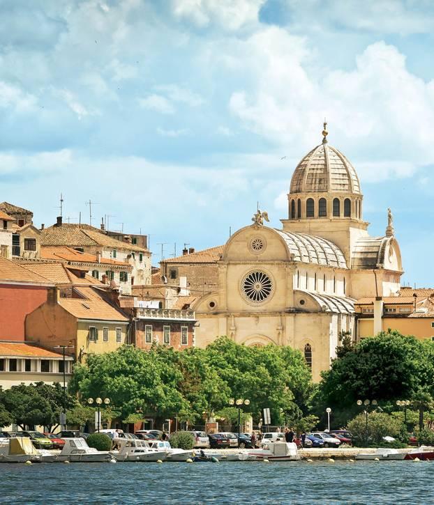 Sibenik: Die Kathedrale von Sibenik am Wasser