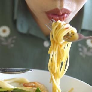 Zu wenig Kohlenhydrate: Frau isst Nudeln