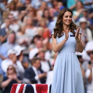 Kate kam, sah und siegte – zumindest modisch hätte die Herzogin in Wimbledon einen Preis verdient. Zum hellblauen Midikleid von einer ihrer Lieblingsdesignerinnen Emilia Wickstead setzte die schöne Herzogin auf eher schlichte Accessoires. Eine zarte Schleife als Brosche und dezenter Silberschmuck stahlen dem Dress nicht die Show. Ebenfalls dezent und trotzdem ein echter Hingucker waren aber die Riemchenpumps in einem eleganten Nudeton. Und das Beste: Sie sind komplett erschwinglich!