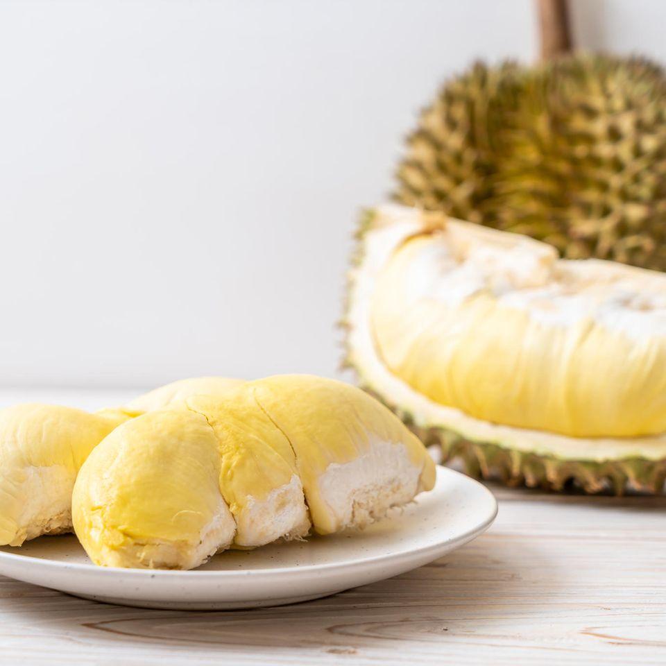 Durian: Aufgeschnittene Durian auf Teller