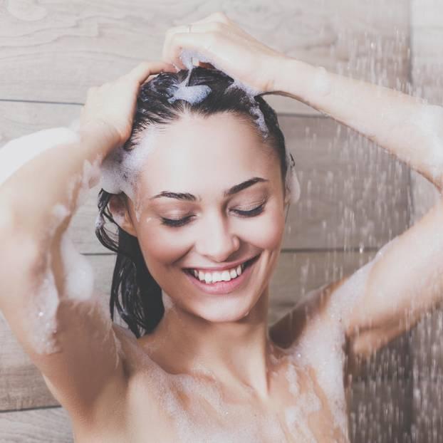 Duschfehler: Frau beim Duschen