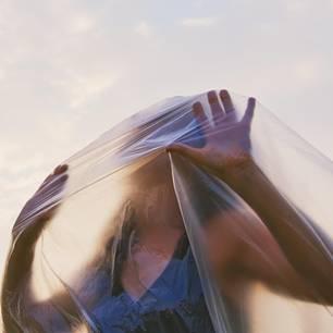 Müll reduzieren: Frau unter Plastikhaube