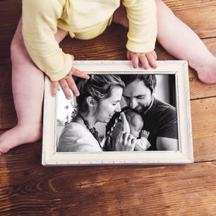 Verlassenwerden: Kind mit Bild einer glücklichen Familie