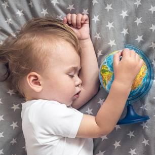 Kleiner Junge mit Globus