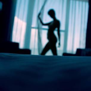 Reddit: Eine Frau am Fester zieht den Vorhang zu