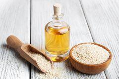 Sesamöl: Öl in einer Flasche und Schale mit Sesam