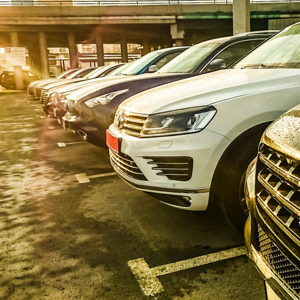 Autos auf heißem Parkplatz