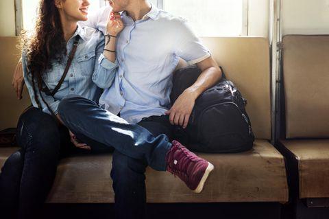Wie bringe ich meinen Partner dazu, mit mir zu reden? Ein Pärchen sitzt auf einem Sofa und schaut sich in die Augen