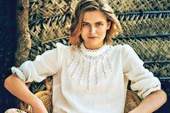 Romantische Sommer-Looks: Weiße Bluse und weite Hose mit Blumenmuster