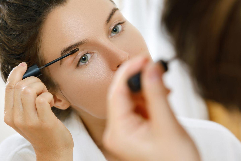 Die besten Beauty-Tricks aller Zeiten: Frau trägt Augenbrauelgel auf