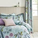 Gästezimmer einrichten: Bett im Landhausstil mit Blumendruck-Bettwäsche