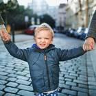 Zusammenbleiben wegen des Kindes: Kind an den Händen der Eltern