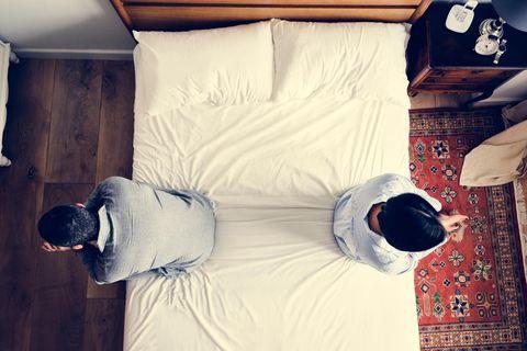 Eltern entlieben sich: Eltern gegenüber auf der Bettkante