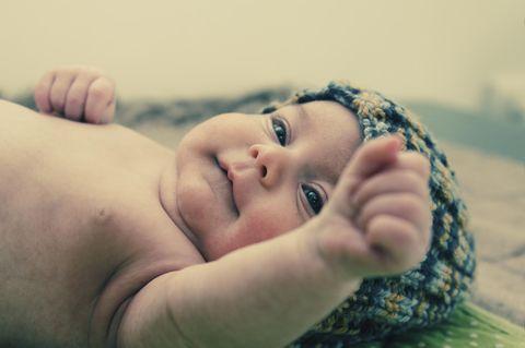 Schmetterlingskrankheit: Baby mit Mütze