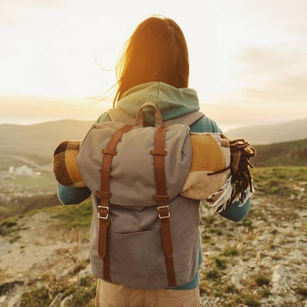 Rucksack richtig packen: Frau mit Rucksack