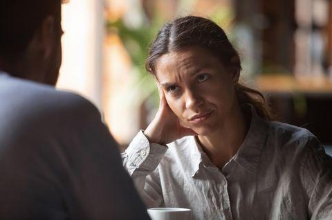 Reddit: Eine Frau guckt ihr männliches Gegenüber genervt und ungläubig an