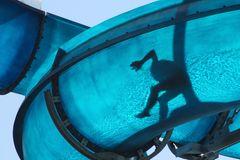 Mensch auf Wasserrutsche