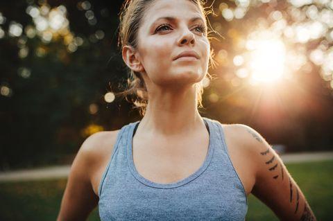 Gedanken für mehr Selbstbewusstsein. Frau schaut selbstsicher