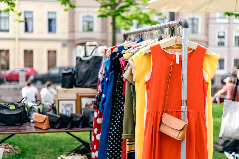 Flohmarkt-Vorteile: Kleiderstange