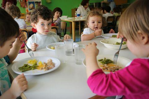 Kinder essen im Kindergarten