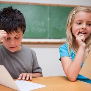 Mangelhaft ist menschlich: Zwei Kinder sitzen frustriert in der Schule