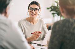 Gehaltsverhandlung - Frau in einer Verhandlung