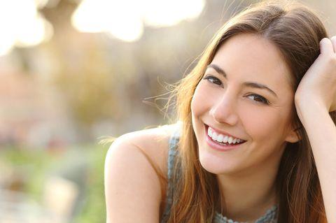 Hausmittel: So hellst du deine Zähne natürlich auf